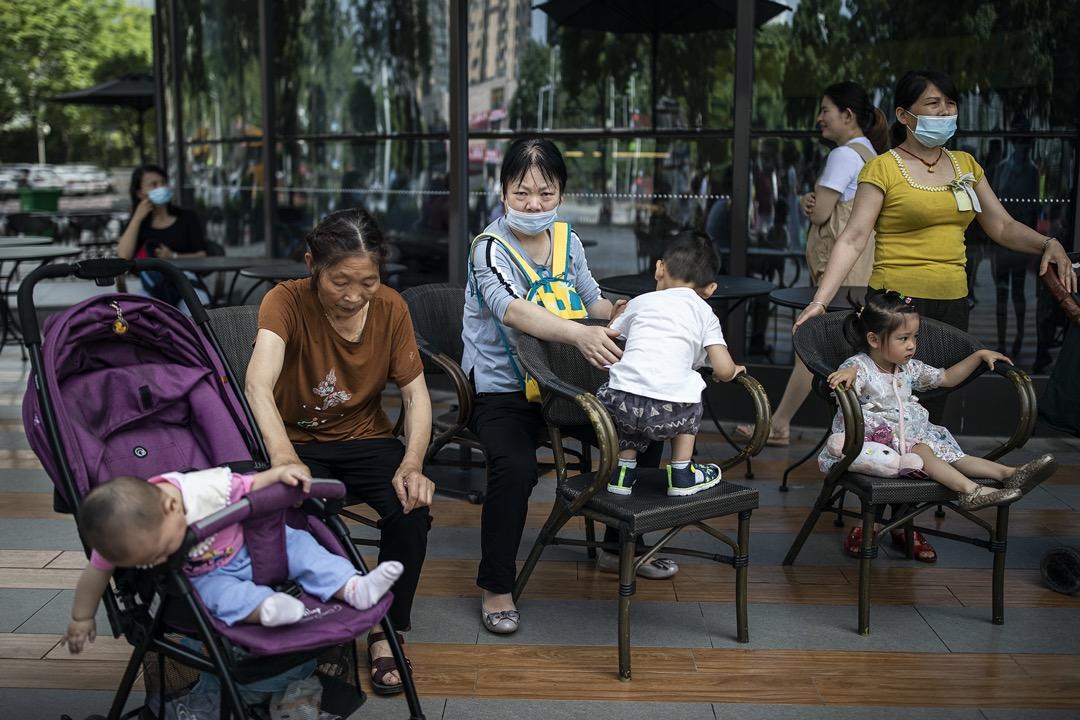 2021年5月31日,中國武漢,市民在廣場上跟孩子玩耍。