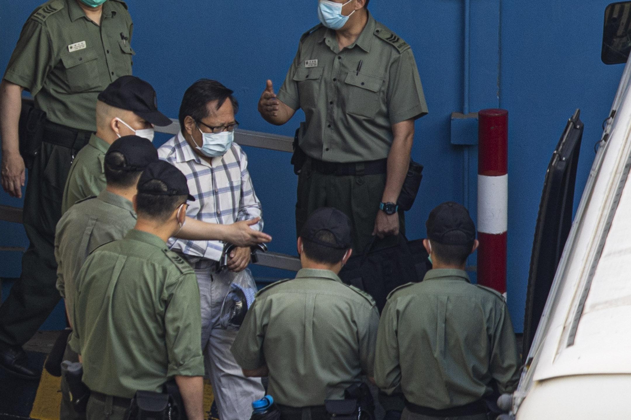 2021年5月28日荔枝角收押所,何俊仁登上囚車押往法院。