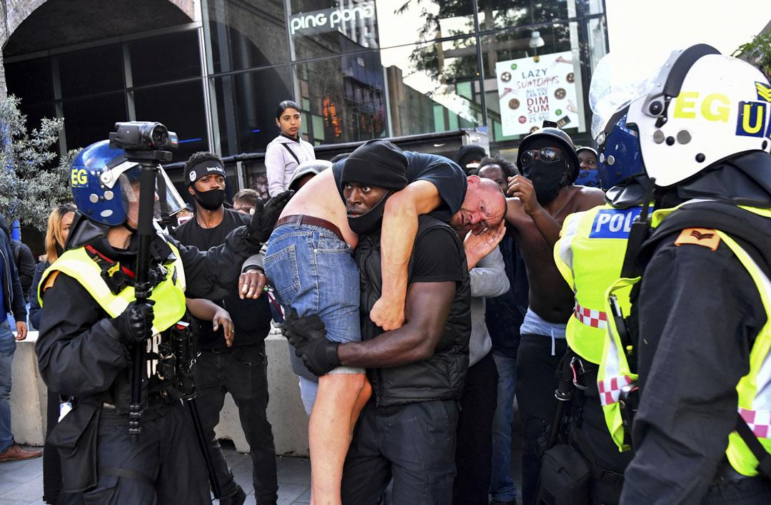 路透社一幀廣傳的照片《Remnants》是攝於南岸中心外的示威,照片中,Black Lives Matter 隊伍裡的黑人示威者Patrick Hutchinson救走了他的「敵人」——受了傷的反黑人右翼示威者。