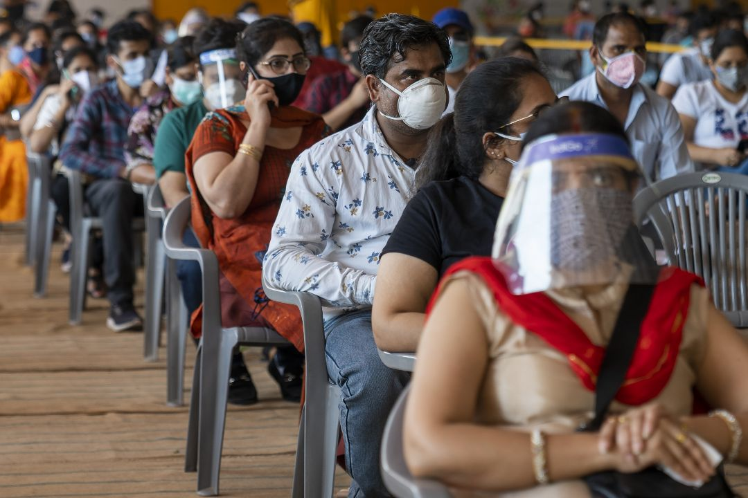 2021年5月21日,印度德里,民眾等待接種疫苗。 攝:Sumit Dayal/Getty Images