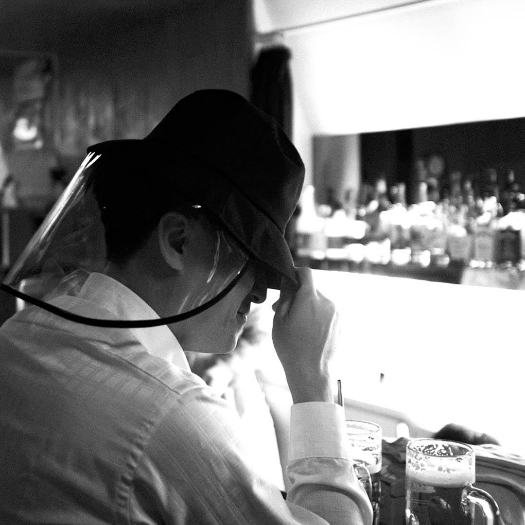 台北酒吧的男子。