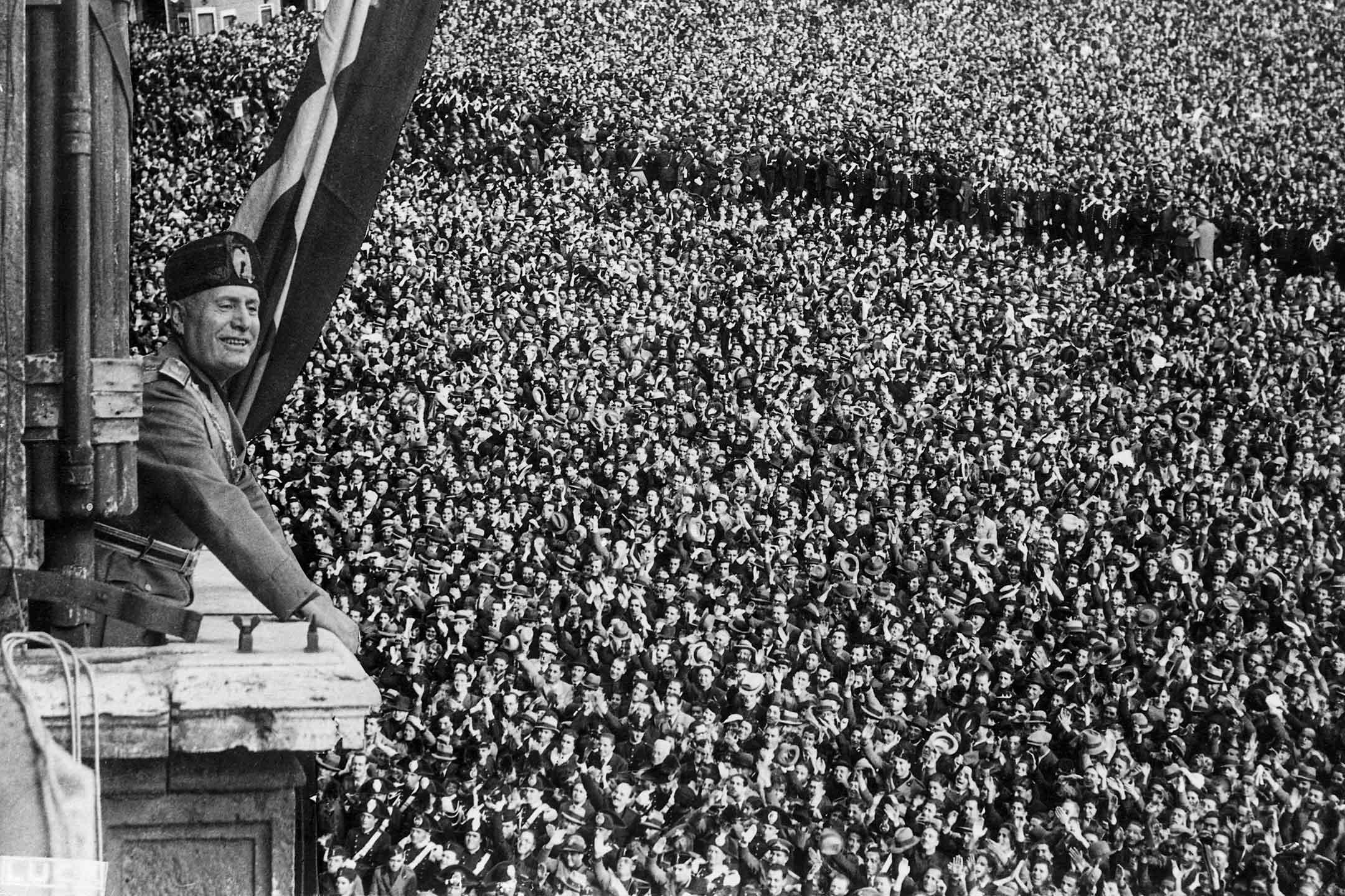 1936年5月9日意大利羅馬,墨索里尼 (Benito Mussolini)  發表向人群發表講話。 攝:George Rinhart/Corbis via Getty Images