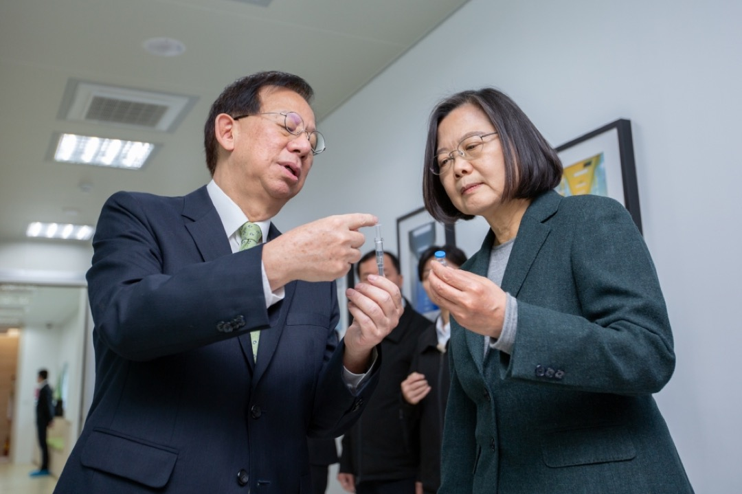 台灣總統蔡英文視察高端疫苗公司。