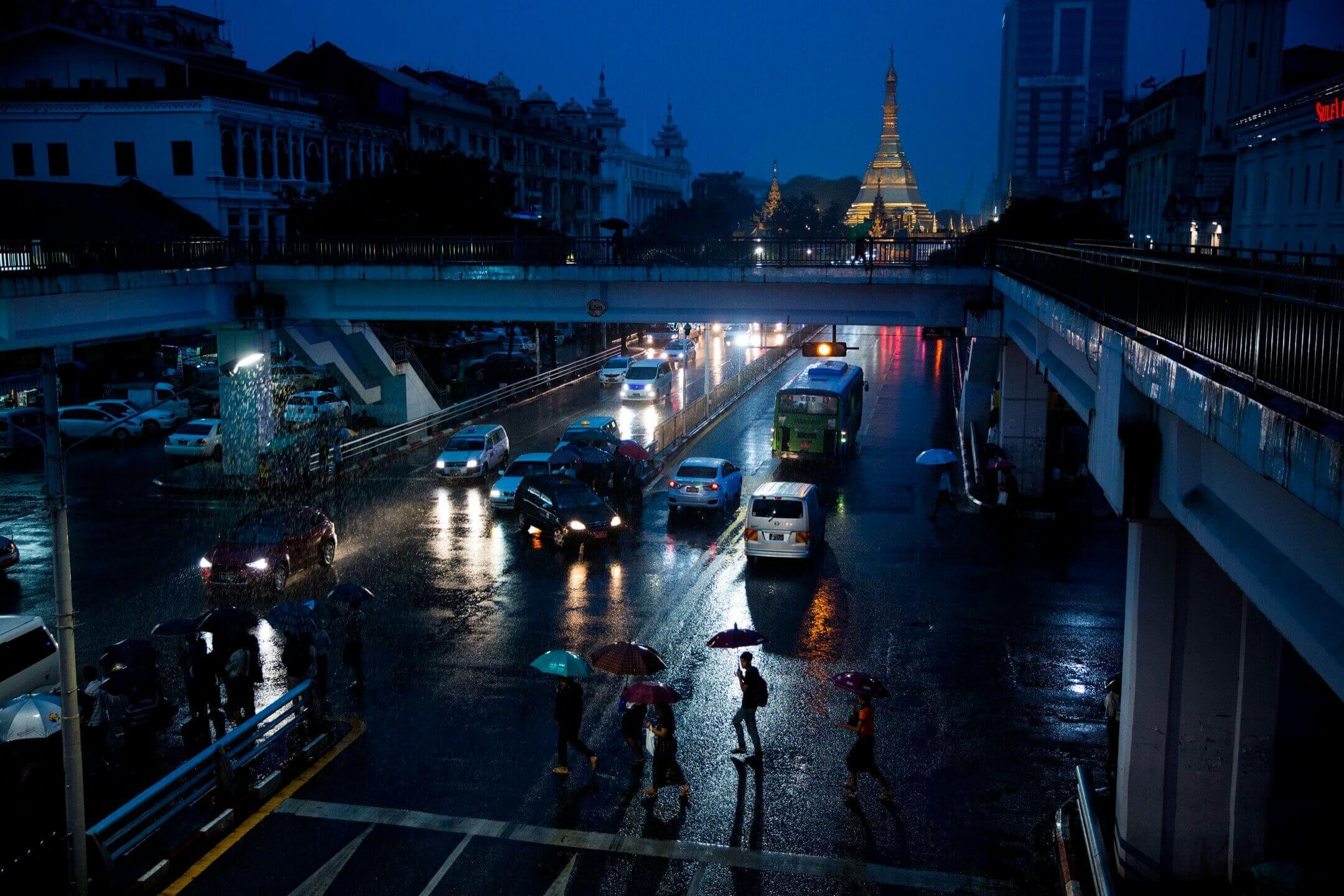 緬甸最大城市仰光,一個下雨的晚上。 攝:Taylor Weidman/Bloomberg via Getty Images