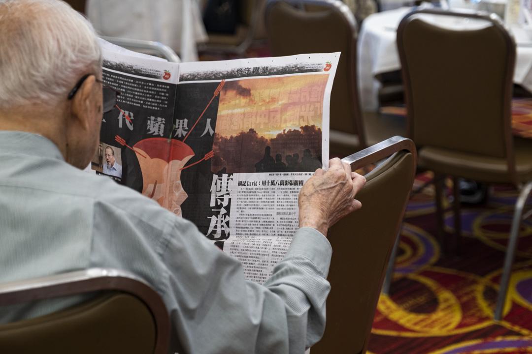 2021年6月24日,香港,市民購買最後一期《蘋果日報》。 攝:陳焯煇/端傳媒