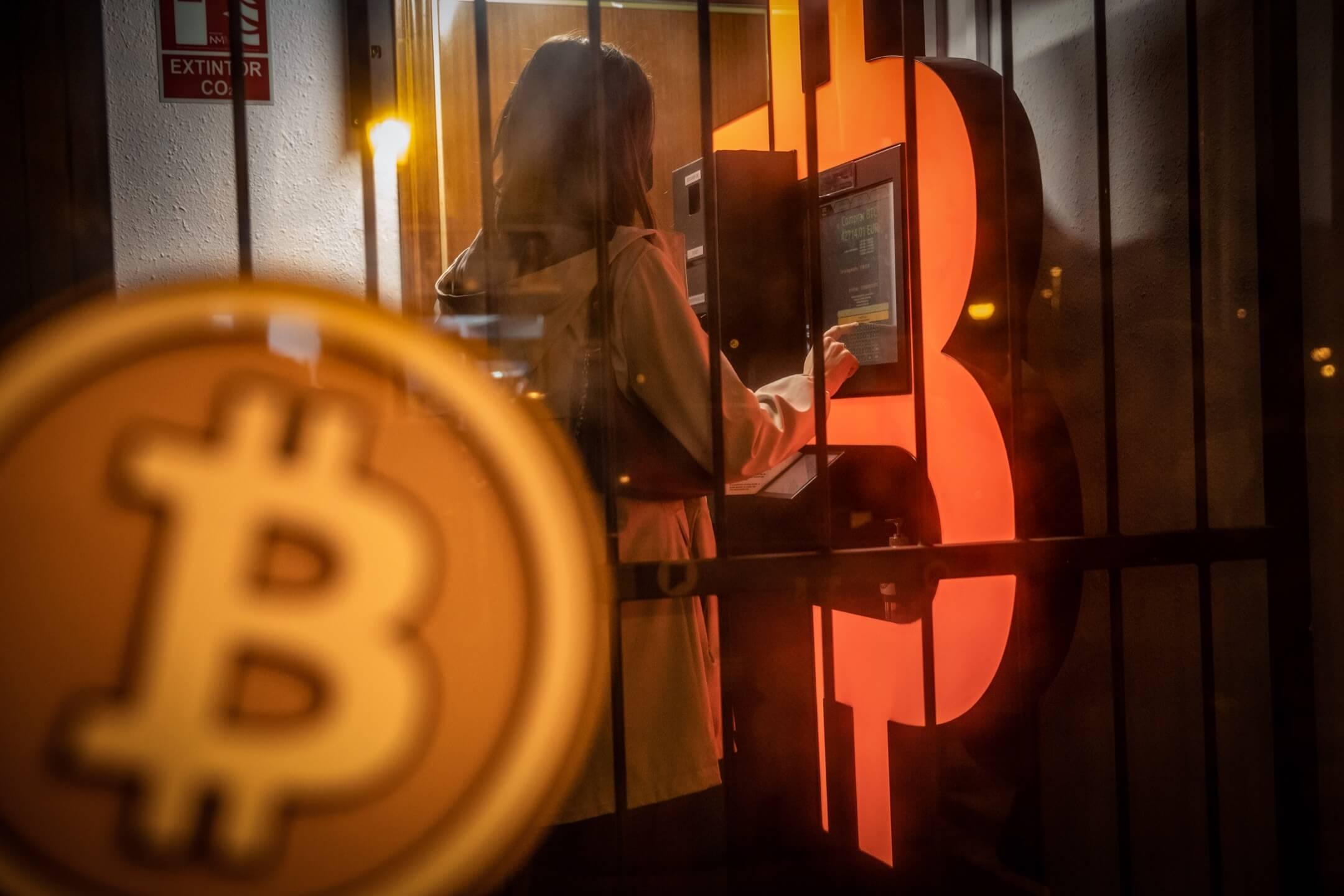 2021年2月23日,西班牙巴塞隆拿,一名顧客在使用一台比特幣櫃員機。 攝:Angel Garcia/Bloomberg via Getty Images