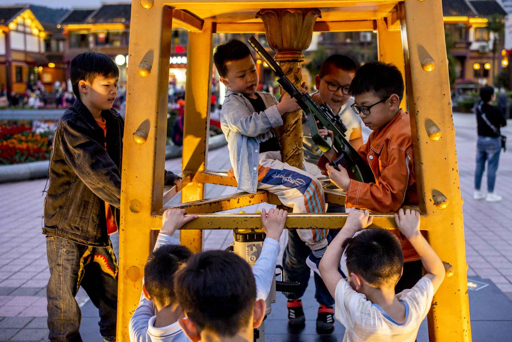2021年5月29日,貴州遵義,小朋友在廣場上遊玩。 攝:林振東/端傳媒