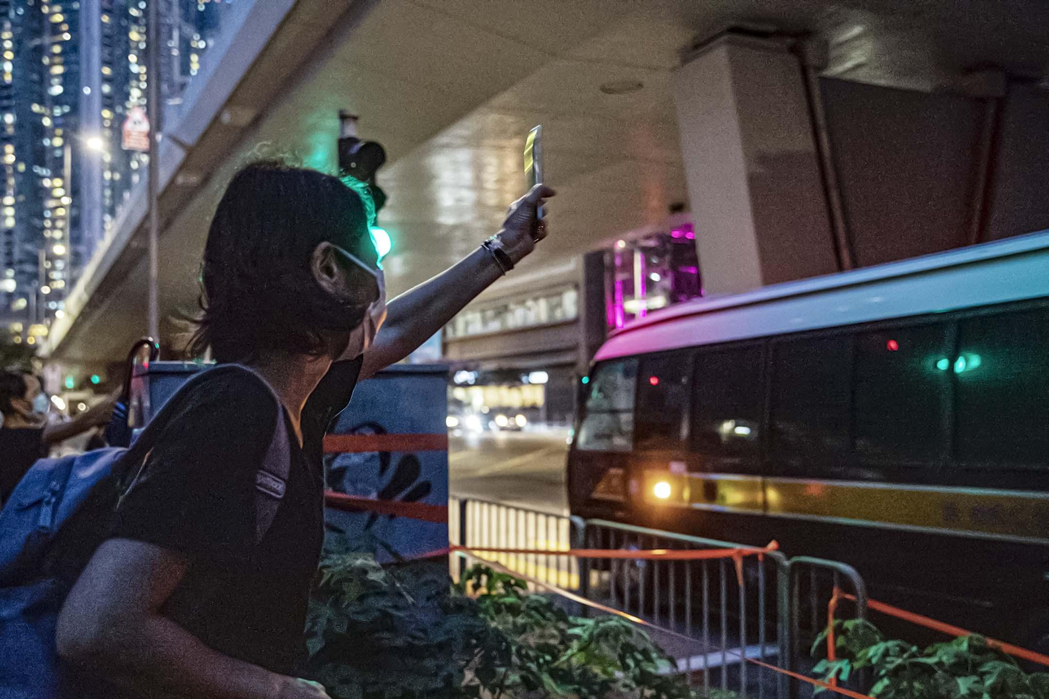 2021年5月28日西九龍裁判法院,支持者送別囚車,車上疑是2020年立法會選舉民主派初選而被告的參選人。