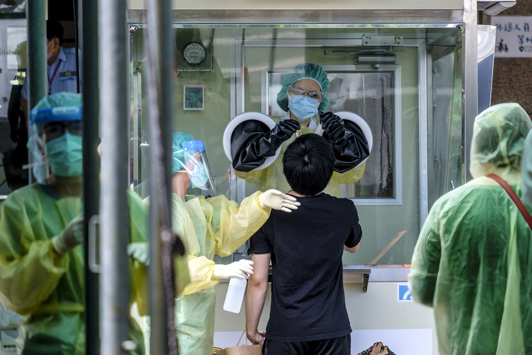 2021年6月1日台灣,一個市民在新北市的測試中心接受2019冠狀病毒檢測。