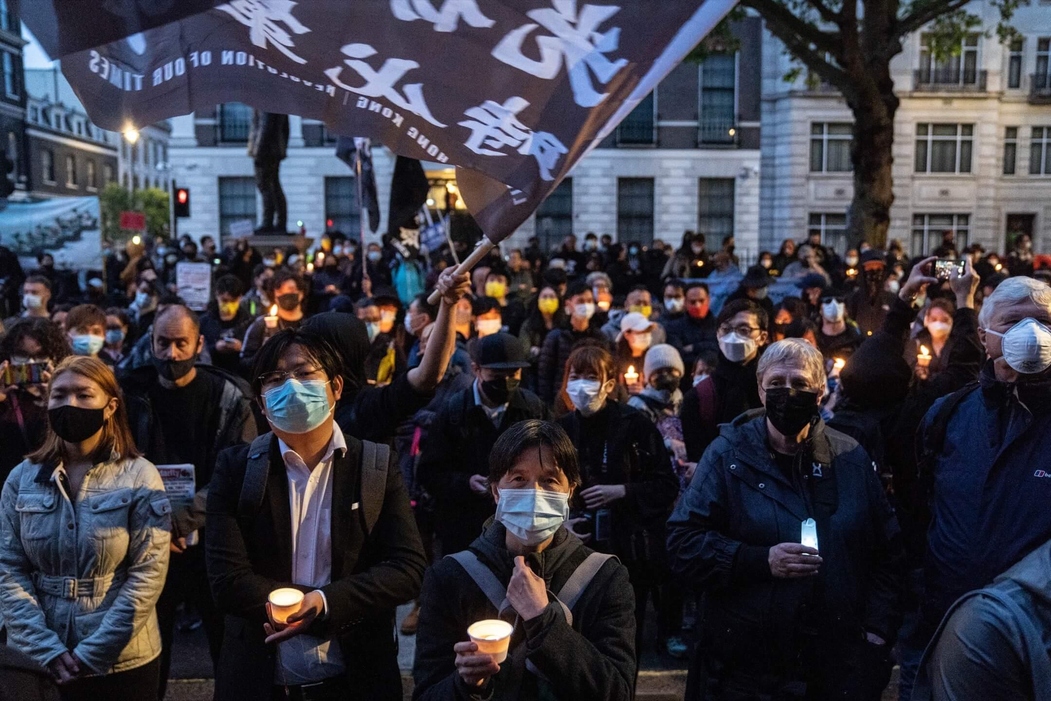 2021年6月4日,英國倫敦,市民在當地中國領事館外聚集,悼念六四32週年。 攝:Stanley Leung/端傳媒