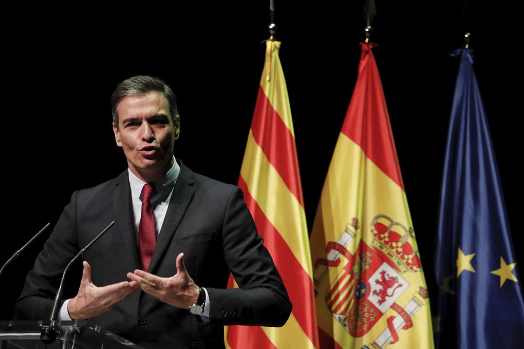 2021年6月21日在加泰隆尼亞首府巴塞羅那,西班牙首相桑切斯(Pedro Sánchez)對加泰隆尼亞公民團體發表講話,透露西班牙政府計劃特赦九名加泰「分離份子」。 攝:Albert Gea / Reuters