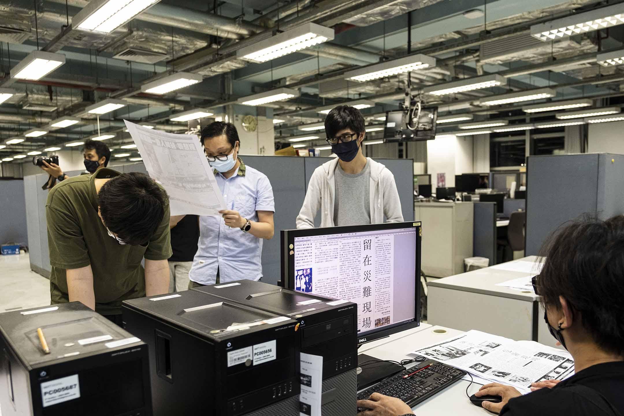 2021年6月17日將軍澳蘋果大樓,員工忙著校對排版。
