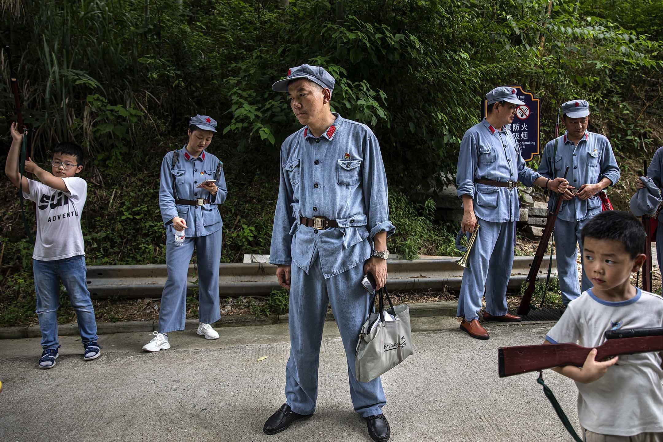 2021年6月26日中國武漢 ,參與者身著紅軍制服在長征精神體驗園進內。