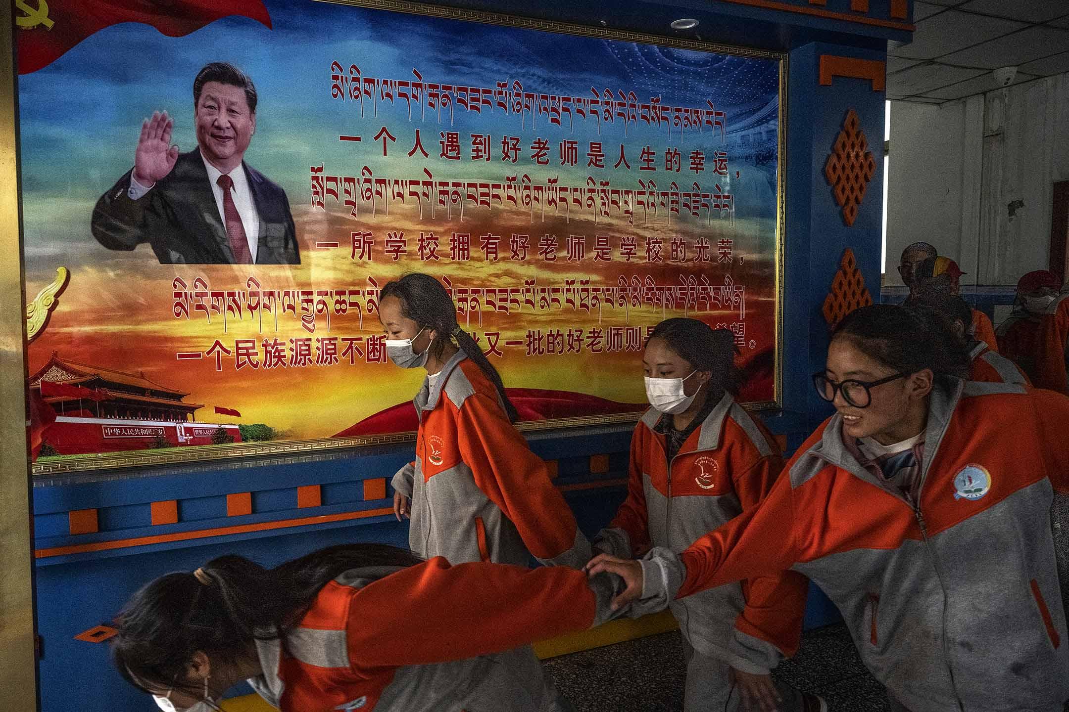2021年6月1日中國拉薩,西藏學生下課時經過習近平的一張海報。