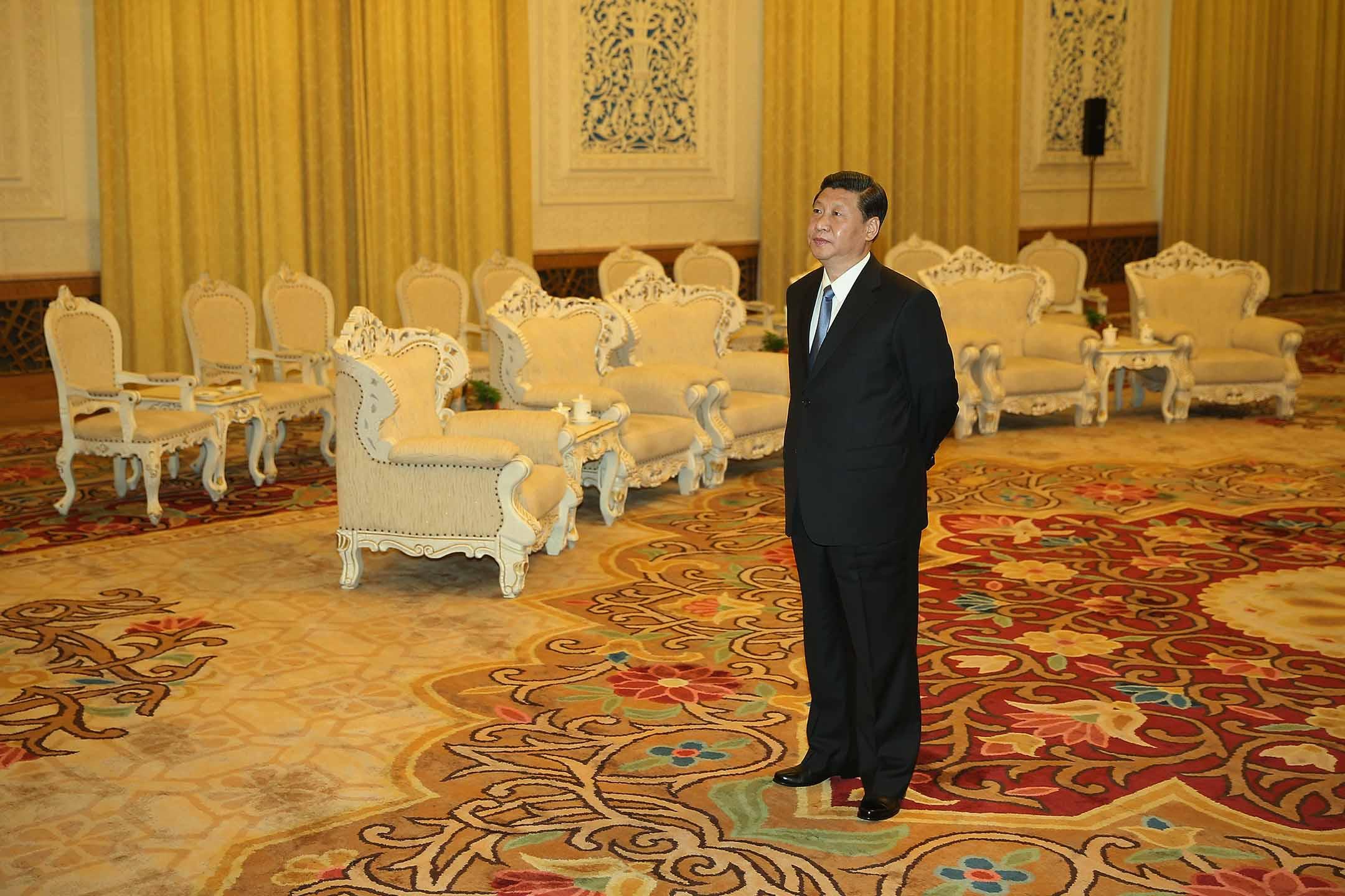 2013年3月19日中國北京,中國國家主席習近平於人民大會堂等待會見美國財政部長雅各布盧。