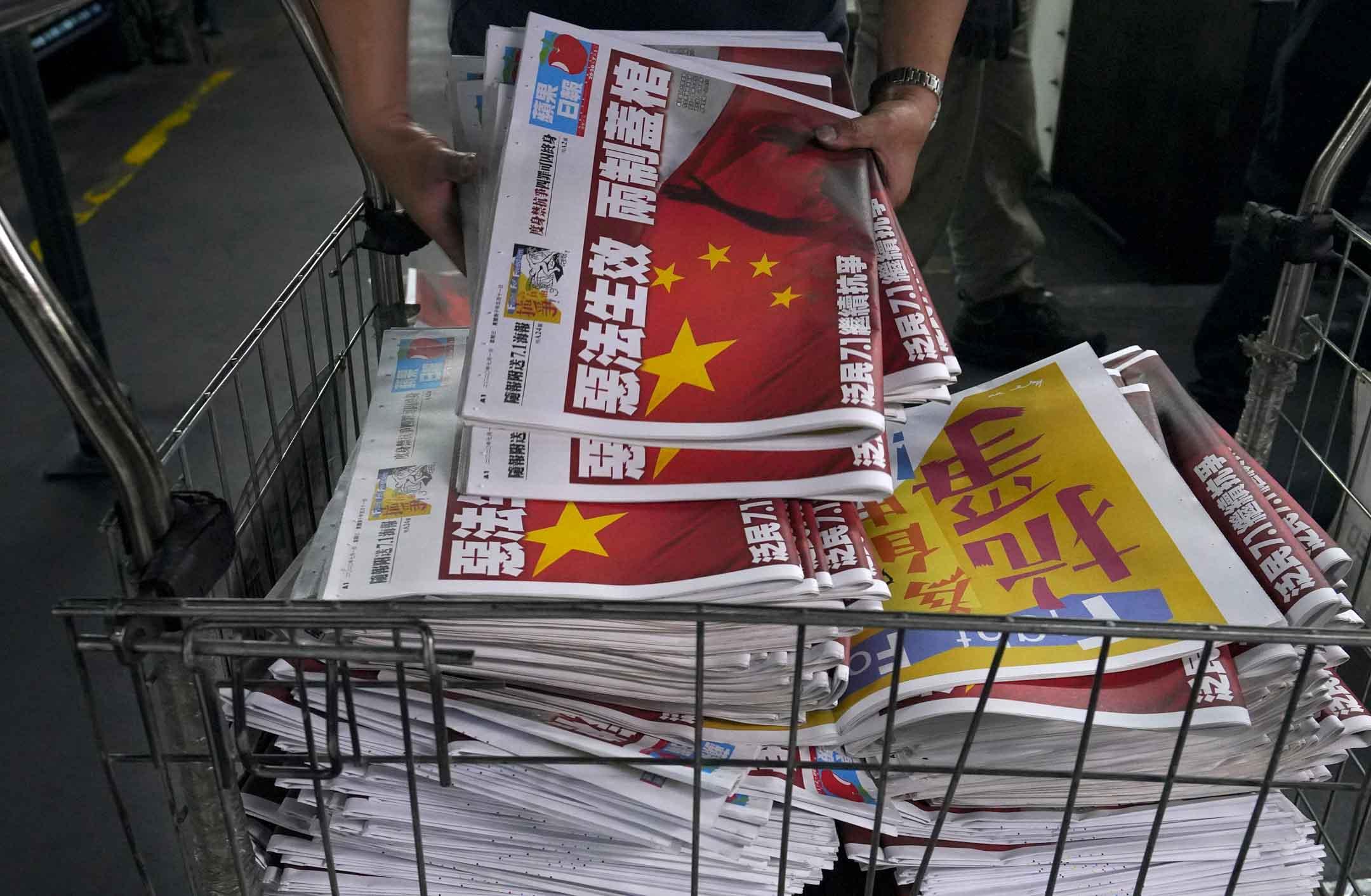 2020年7月1日,香港國安法生效,《蘋果日報》印刷中,頭版標題為「惡法生效 兩制蓋棺」。 攝:Vincent Yu/AP/達志影像