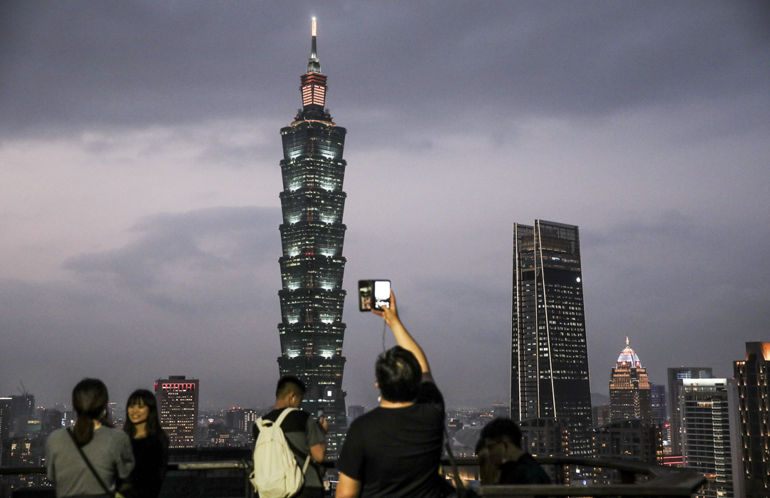 2021年1月 6日,台北的黃昏時分,台北101大樓和其他被照亮的建築物。