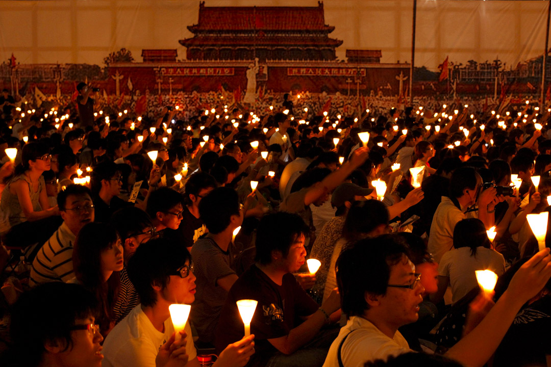 2011年6月4日,維園燭光晚會現場首次掛上一幅當年北京學生在天安門廣場集會的印畫布幕,參與的人彷彿置身在當年廣場的集會上。