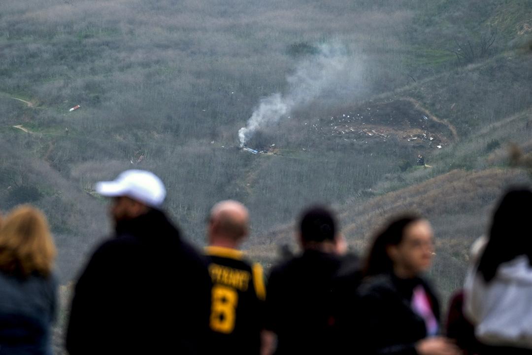 2020年1月26日,美國加州城市卡拉巴薩斯,群眾遠觀一輛墜毀在山邊的直升機,據報直升機上載著籃球明星高比拜仁和他女兒。