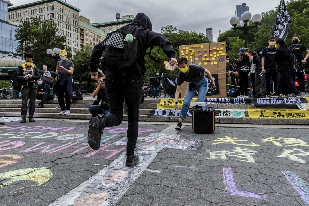 2021年6月12日,美國紐約市聯合廣場舉行的香港612兩週年的集會,現場佈置了一款在2019年常見於「連儂隊道」的遊戲——「高官跳飛機」。
