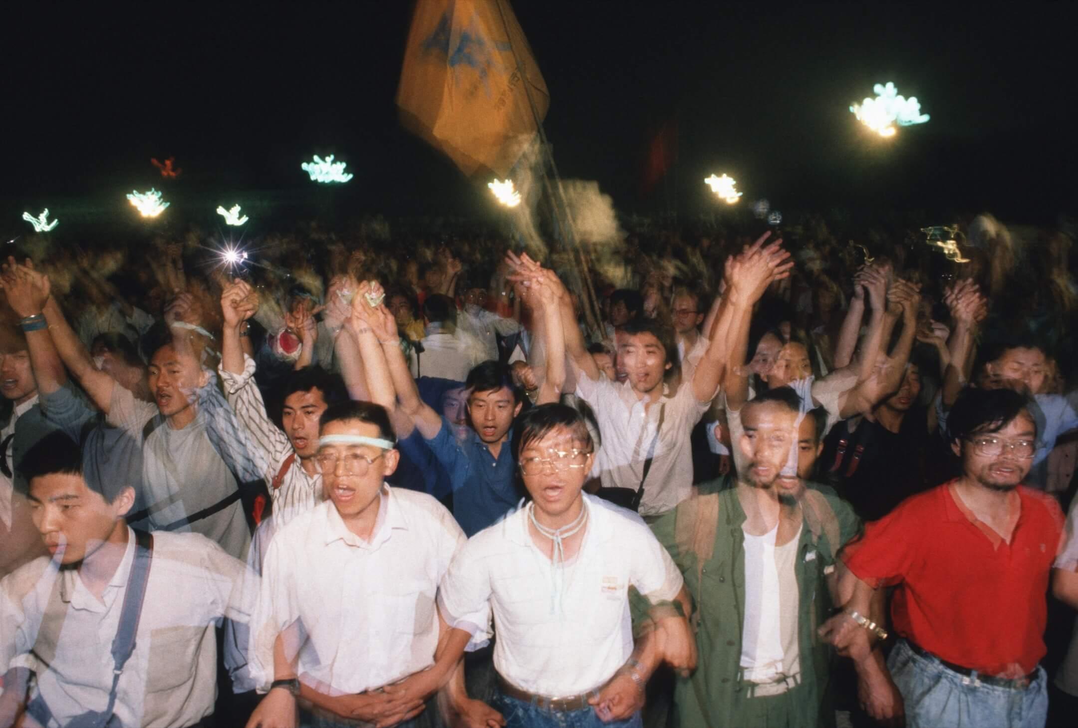 1989年6月1日,北京,參與八九民運的學生攜手步往天安門廣場。 攝:Peter Charlesworth/LightRocket via Getty Images