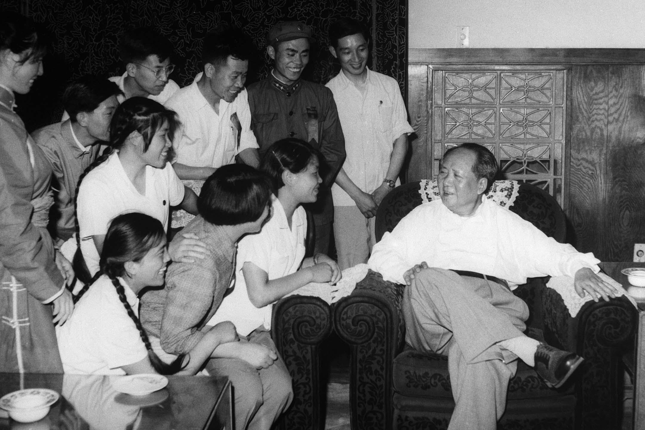 1964年7月23日北京,中共主席毛澤東坐在一張安樂椅上與學生交談。