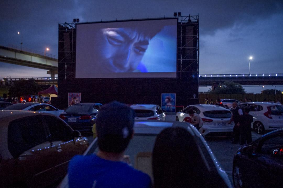 2020年6月13日,一對年輕夫婦在汽車影院看電影。