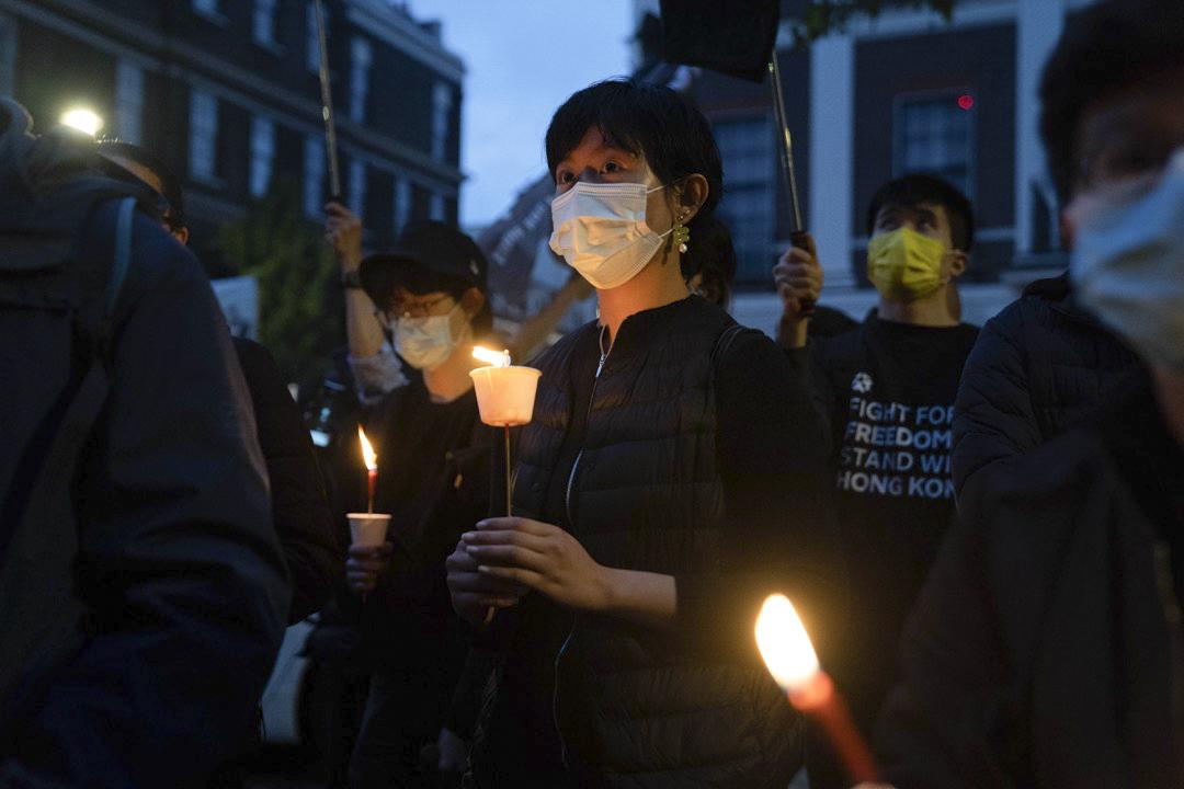2021年6月4日,英國倫敦,市民在當地中國領事館外聚集,悼念六四32週年。