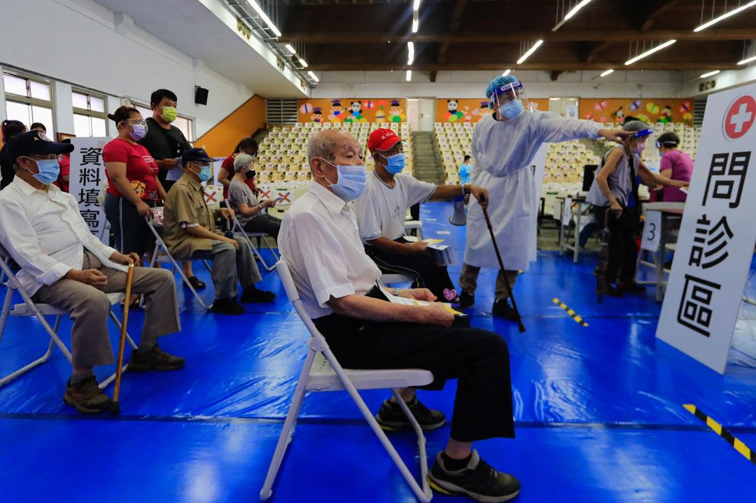 2021年6月15日,台灣新北,隨著新冠狀病毒的國內病例和死亡人數激增,當局開始了大規模疫苗接種計劃。