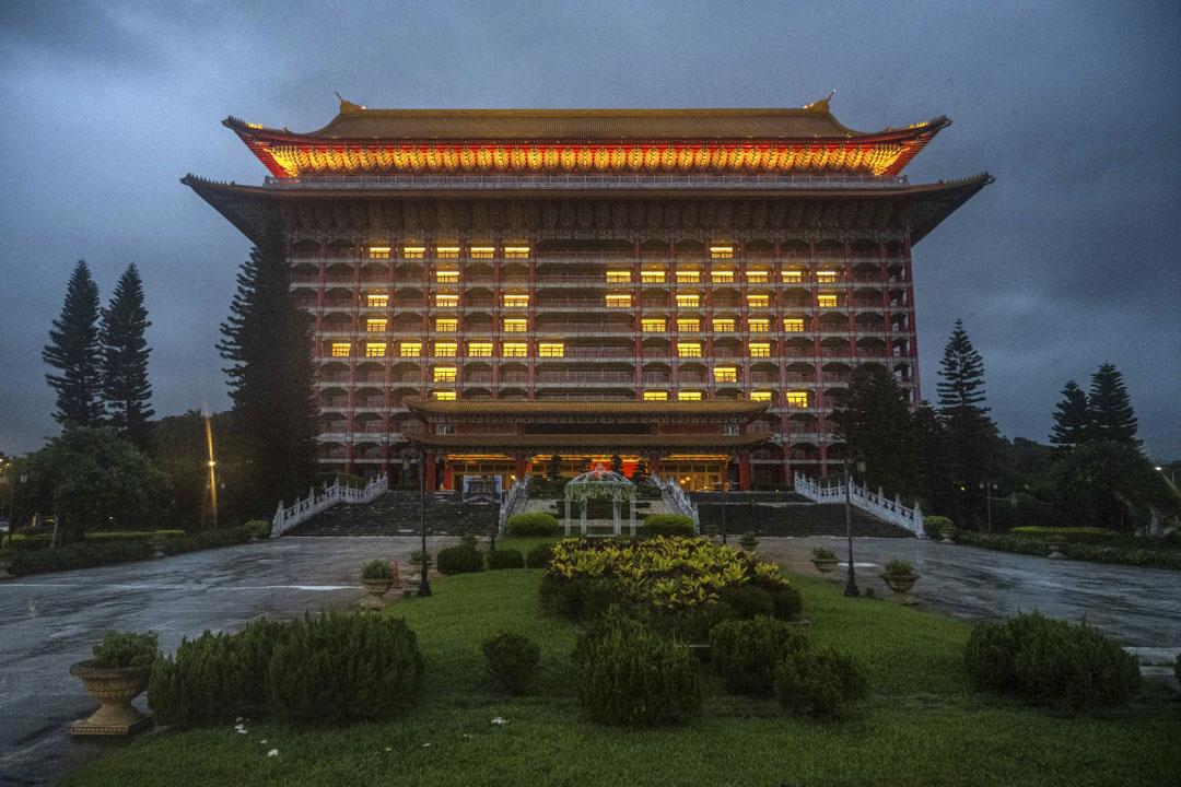 2021年6月3日,台灣台北圓山大飯店的外牆於傍晚再度進行點燈祈福,外牆拼湊出「平安」鼓勵抗疫。 攝:Billy H.C. Kwok/Bloomberg via Getty Images