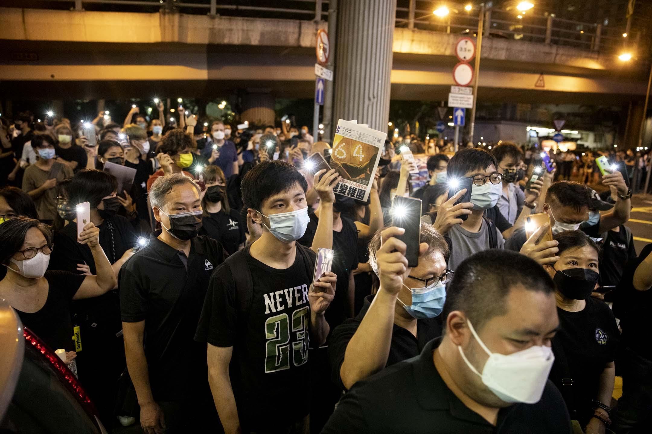 2021年6月4日,警方於晚上8時在維園外向人群作出驅散,市民離開時亮起手機燈。
