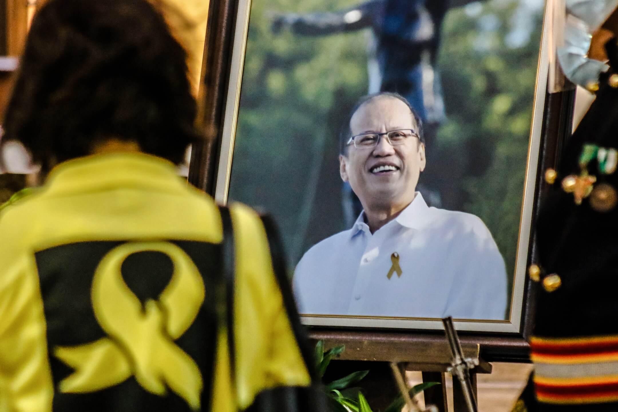 2021年6月25日,菲律賓奎松市馬尼拉雅典耀大學,一位菲律賓前總統艾奎諾三世的支持者到他的追思會悼念。菲律賓前總統艾奎諾三世於當地時間6月24日病逝,終年61歲。 攝:Ryan Eduard Benaid/NurPhoto via Getty Images