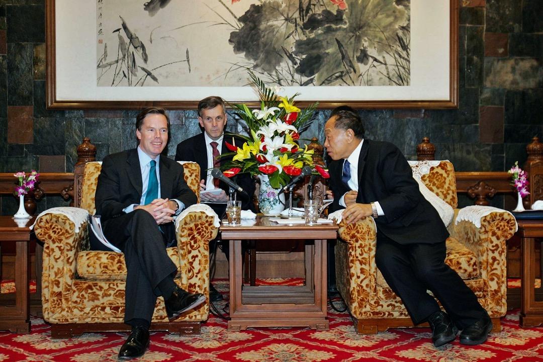 2006年11月8日,北京,時任美國國務次卿伯恩斯(左)與時任中國外交部部長李肇星會面。
