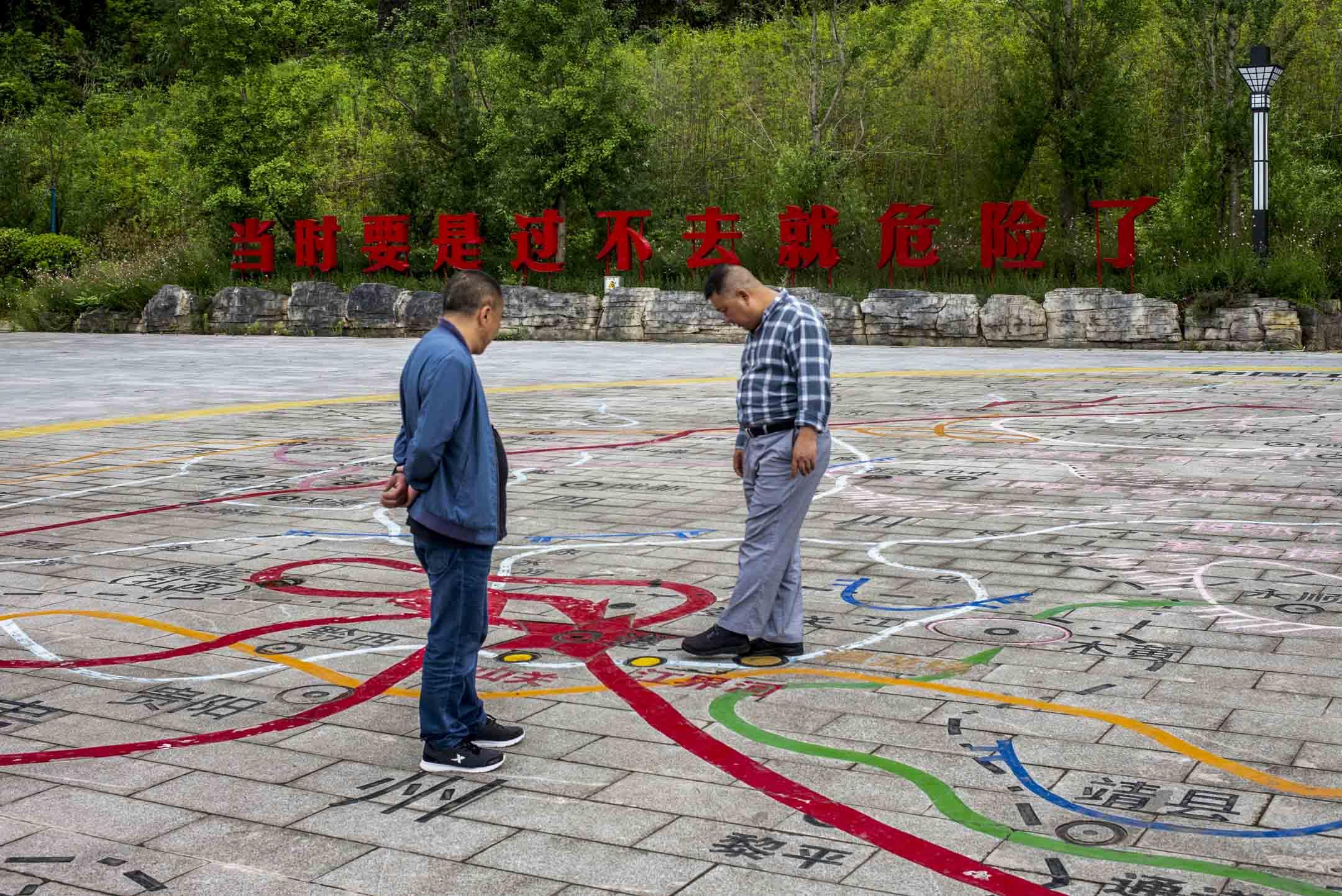 2021年5月29日,大烏江鎮,烏江岸邊廣場一塊「當時要是過不去就危險了」的巨型標語,是國家主席習近平於2015年考察當地時的感歎發言。