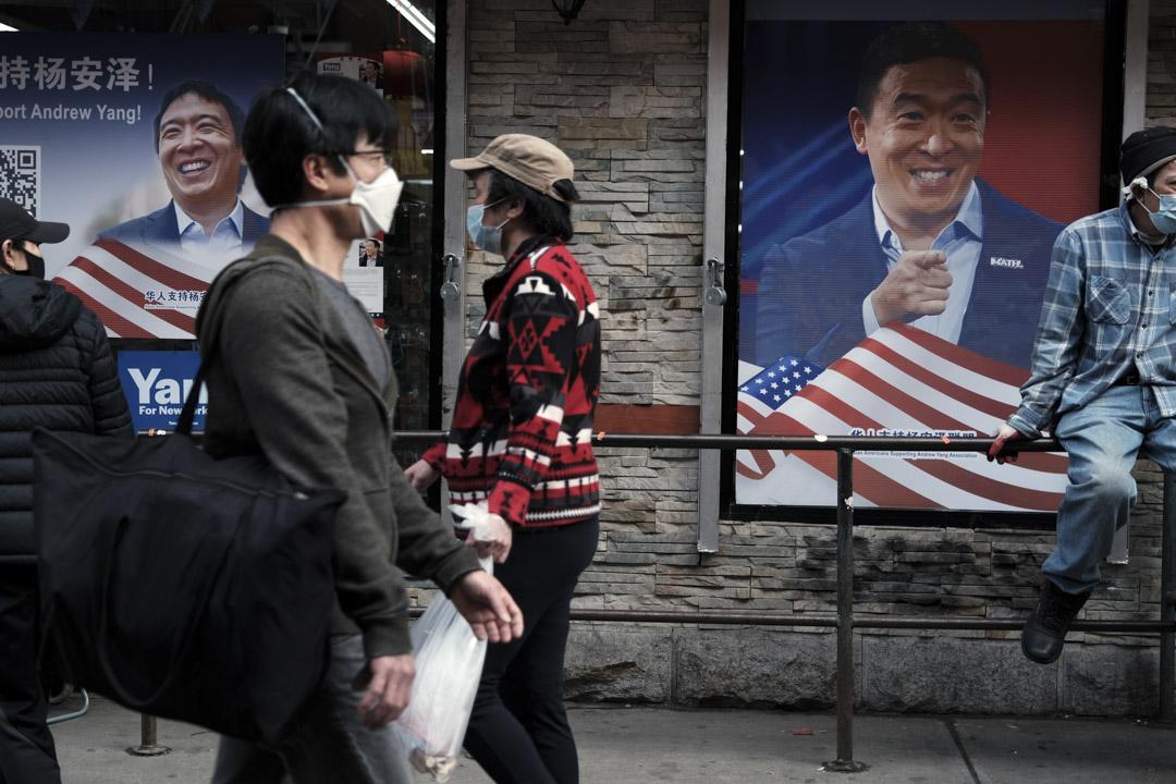 2021年3月23日紐約,人們在紐約市唐人街的街道上走過市長候選人楊安澤的競選廣告。