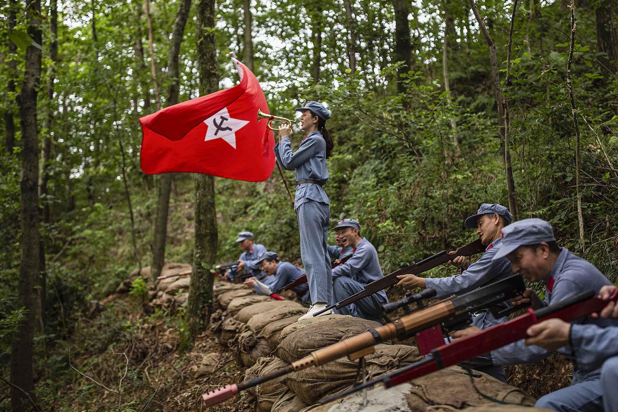 2021年6月26日中國武漢,參與者身著紅軍制服在長征精神體驗園内。 圖:Getty Images