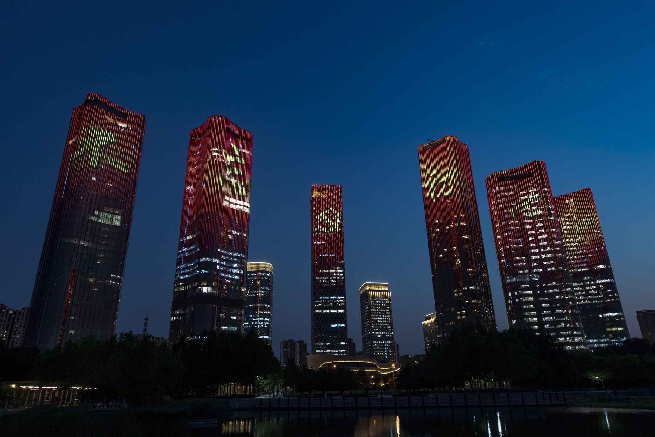 2021年6月21日中國北京,大廈外點亮慶祝中國共產黨成立的裝飾。