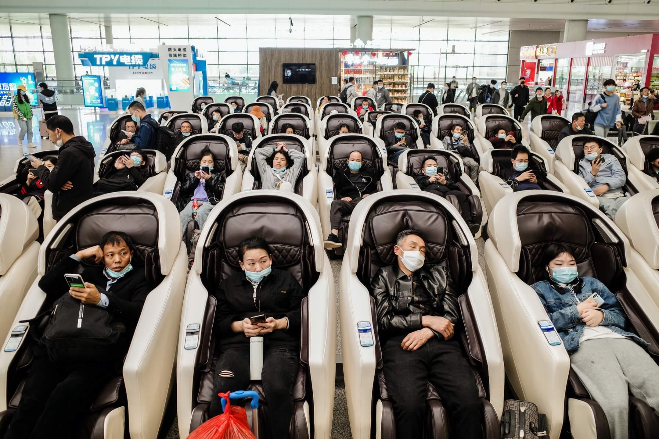 中國南昌鐵路站,乘客們躺在按摩椅上候車。 攝:Zhu Haihua/VCG via Getty Images