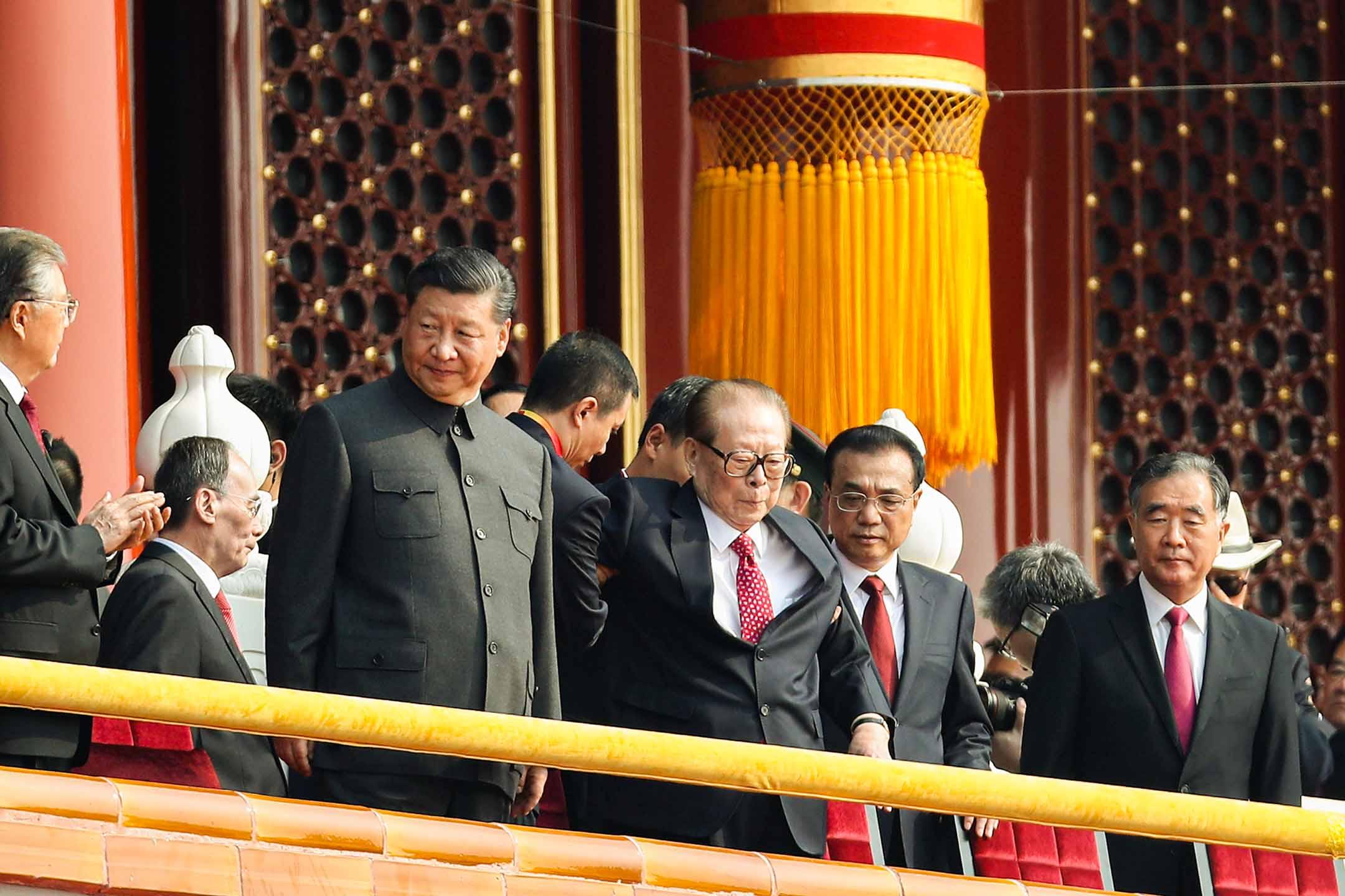 2019年10月1日中國北京,中國國家主席習近平 (左一)、中國前國家主席江澤民 (左二)、中國總理李克強 (右二) 在閱兵式開始前。