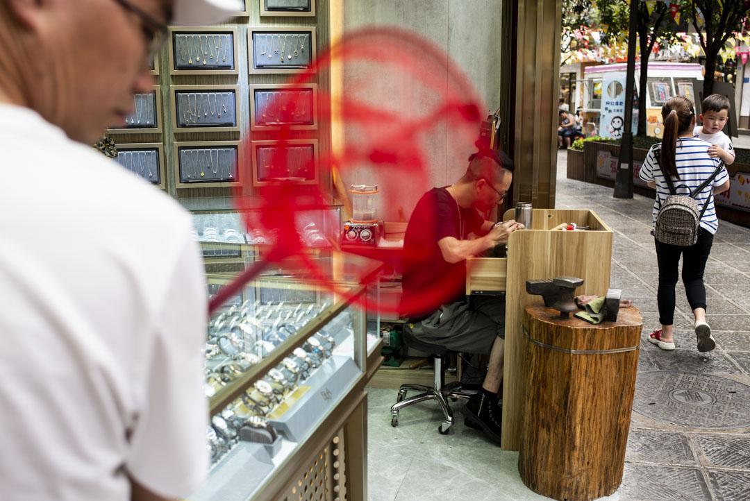 2021年5月30日,遵義市內一個修理鐘錶的店。