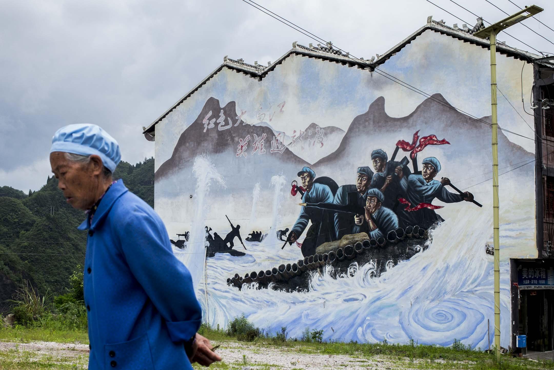2021年5月29日,大烏江鎮一塊巨型的璧畫,內容是當年紅軍渡烏江的畫面。 攝:林振東/端傳媒