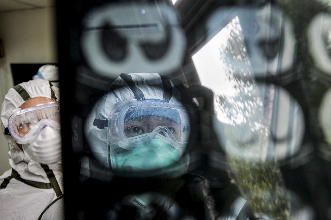 2020年2月8日,武漢,身穿防護服的醫務人員正在檢查患者的電腦斷層掃描檢查。 攝:China Daily via Reuters/達志影像