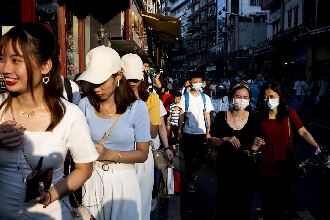 2021年5月15日,女士們在廣州的街上。