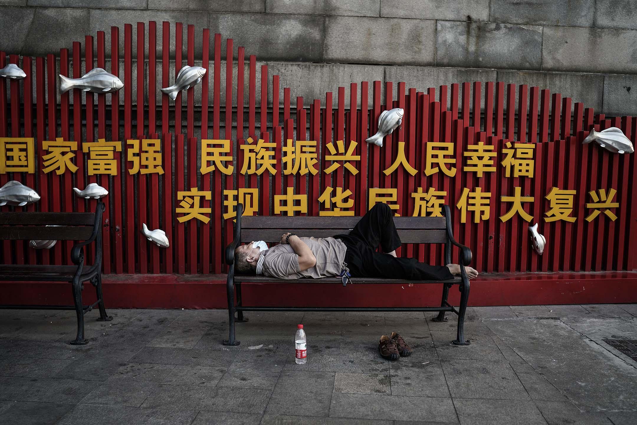 2020年9月2日中國武漢,一名居民睡在街上的長凳上。