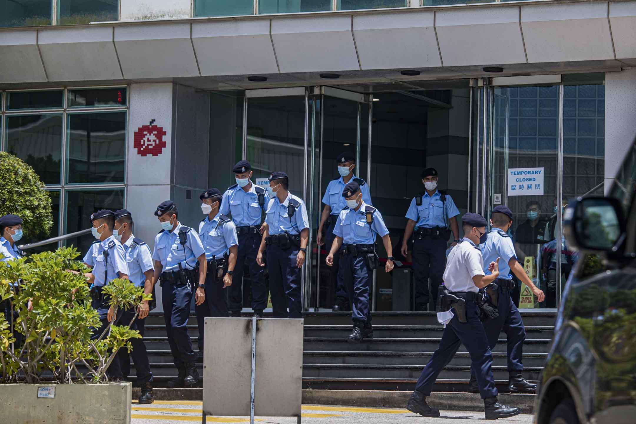 2021年6月17日將軍澳,大批警員走出蘋果大樓。