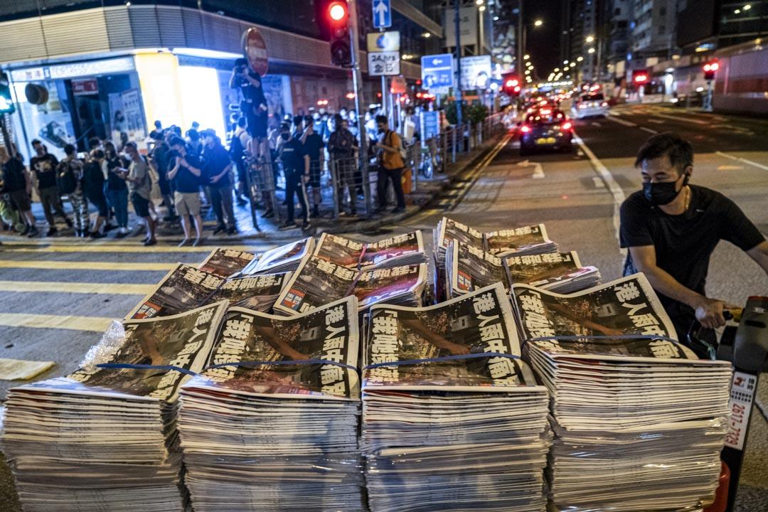 2021年6月24日凌晨,運輸工人將最後一期《蘋果日報》送到旺角一個報攤。