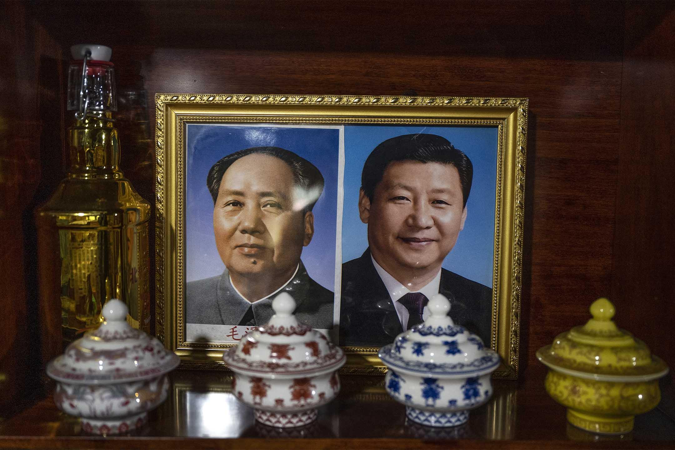 2021年6月4日中國西藏自治區,習近平主席和毛澤東主席的照片在一家藏族民宿中。