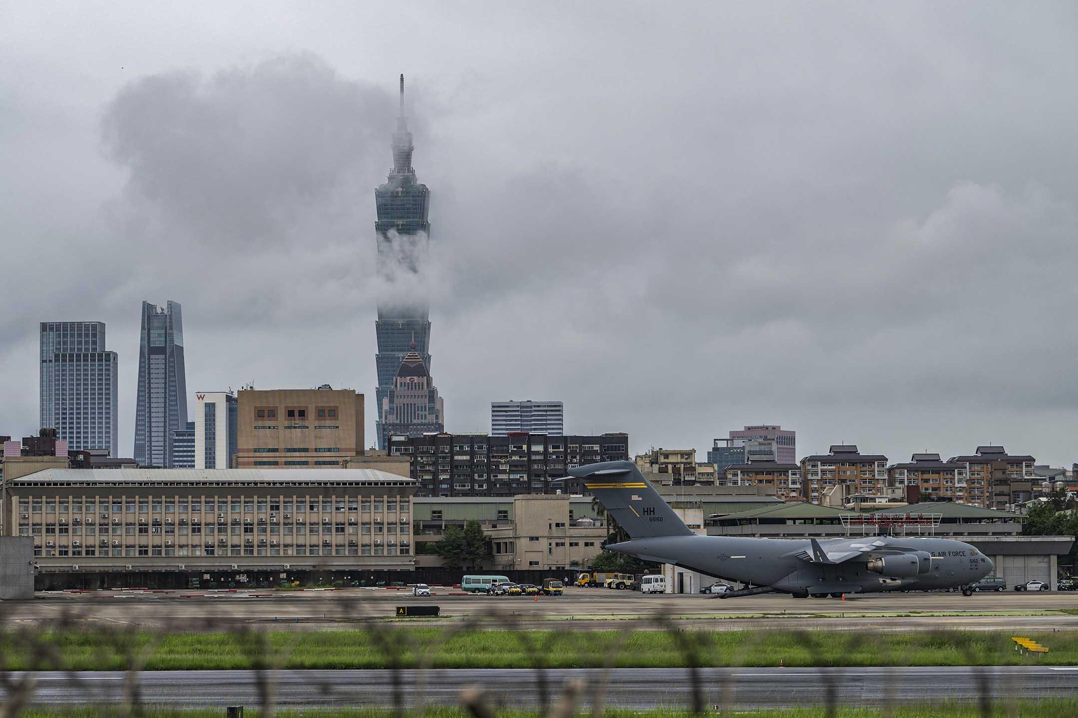 2021年6月6日台北,美國向台灣捐贈750000劑疫苗,運輸機抵達機場。