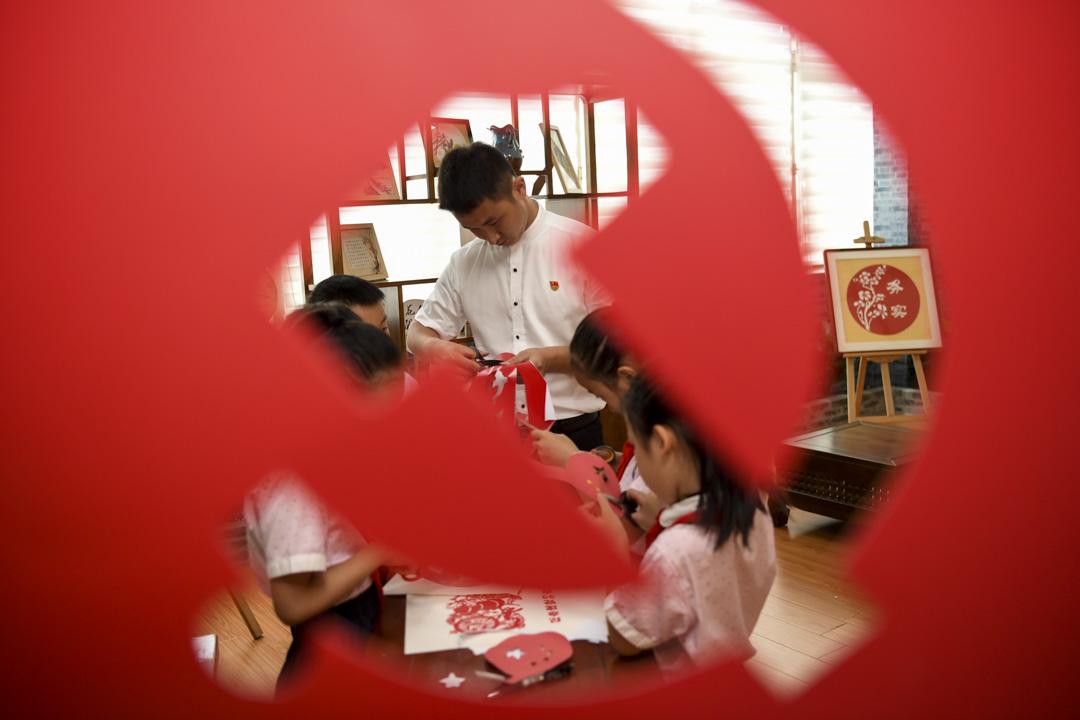 2020年6月30日,中國貴陽,慶祝中國共產黨成立99週年,一間小學教師指導學生手工剪紙。