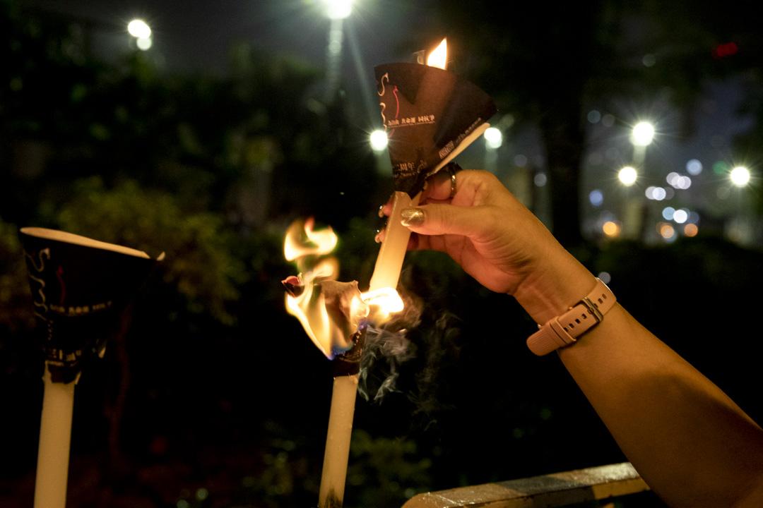 2021年6月4日,市民在維園外的欄杆上點起燭光,悼念六四事件。  攝:林振東/端傳媒